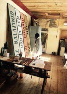 SRIK koolitaja Inara Tõugjas käistsi maalitud siltidest. Foto: Inara Tõugjas