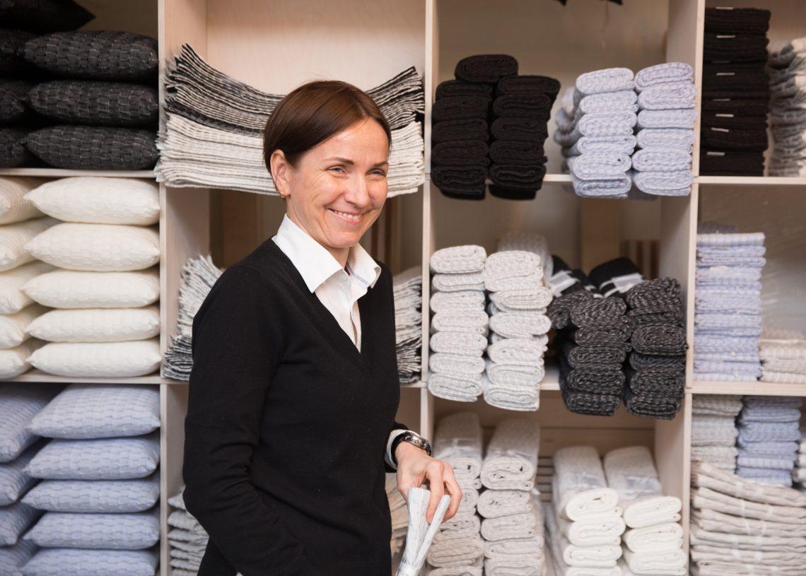 Monika Järg oma stuudios, kus saab imetleda ka valminud töid. Foto: Eiko Kink
