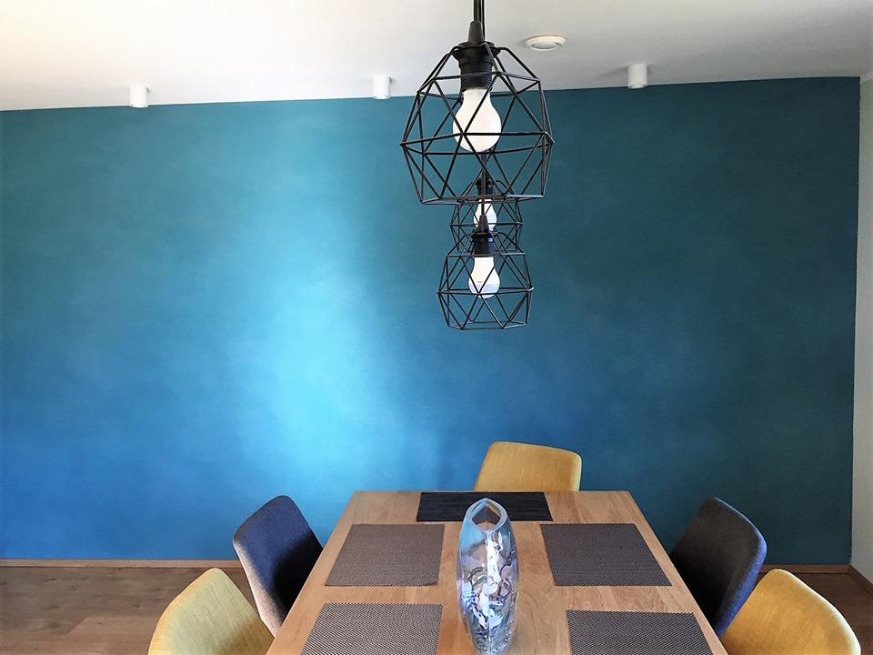 Foto: Loodusliku värvipigmendiga toonitud savikrohviga sein.