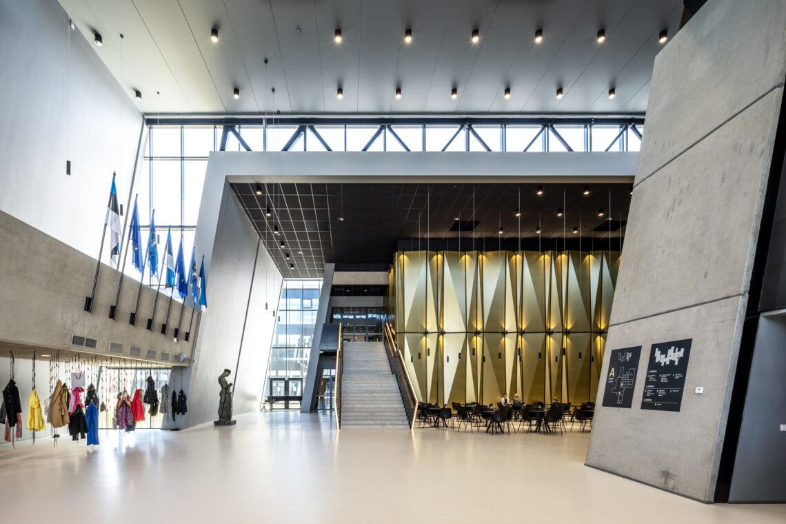 Hoone esteetiliselt puhas betoonkoor moodustab märgiliselt tugeva kilbi, mis peidab endas inimlikku ja pehmet sisu. Ka avara energiatõhusa hoone ülalpidamine on majanduslikult jätkusuutlik. Foto: Maris Tomba
