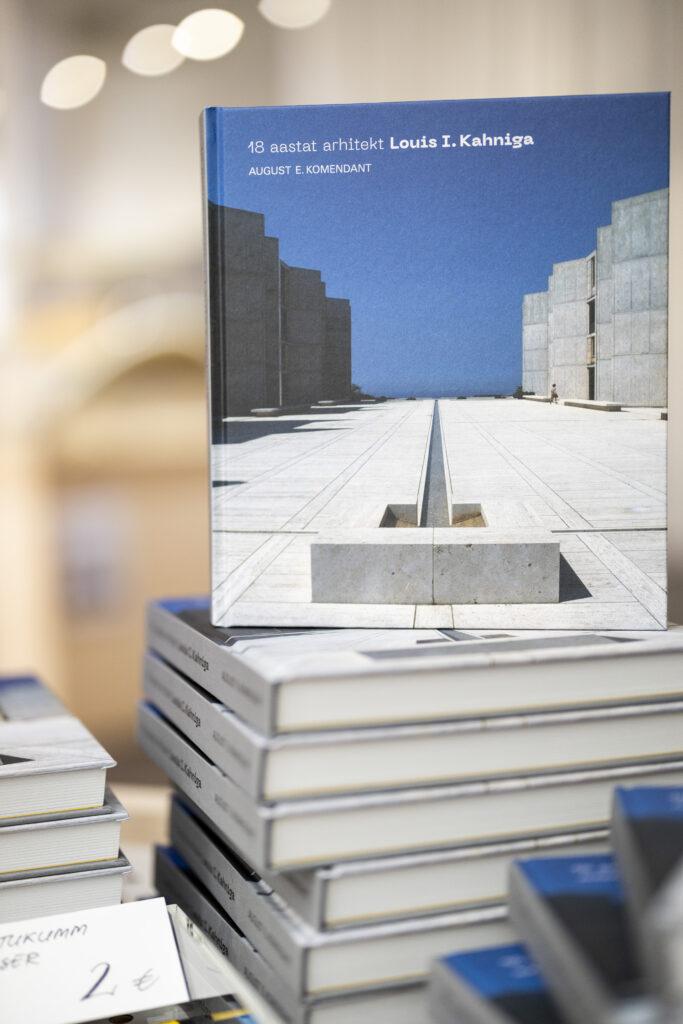"""2019. aastal ilmus August Komendandi raamat """"18 aastat arhitekt Louis I. Kahniga""""."""