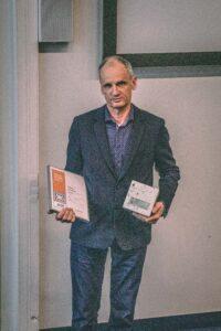 Aasta betoonehitise konkursil pälvis Weiss OÜ eriauhinna tellija sihipärase tegevuse eest betooni kasutamisel. Auhinda võtab vastu Kalmer Metsaoru.