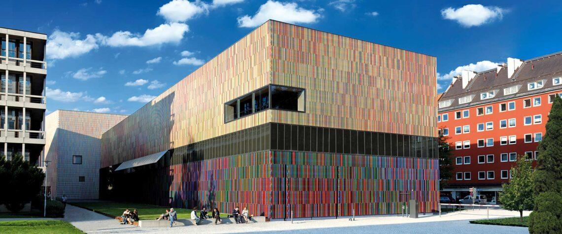 Branhorsti muuseum: hoone fassaad peegeldab ümbruse erinevaid toone.