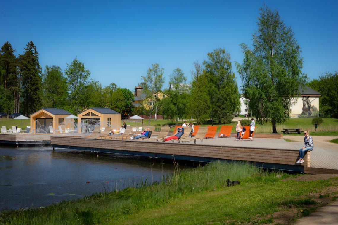 Keskväljaku lõpus saab puhata suurel järveäärsel puitplatvormil. Foto: Jaak Jänes