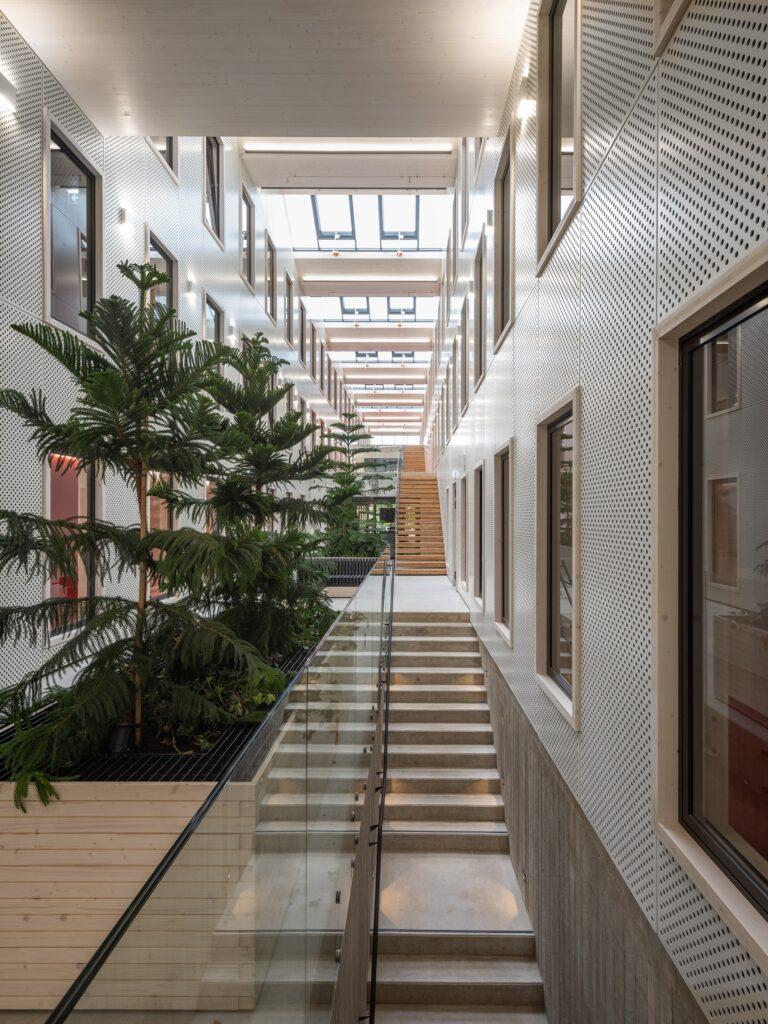 Kolm puidust majutuskorrust on lahendus, mida avaliku puithoone juures ei ole Eestis senini kasutatud. Narva õppekeskuse hoone. Foto: Tõnu Tunnel