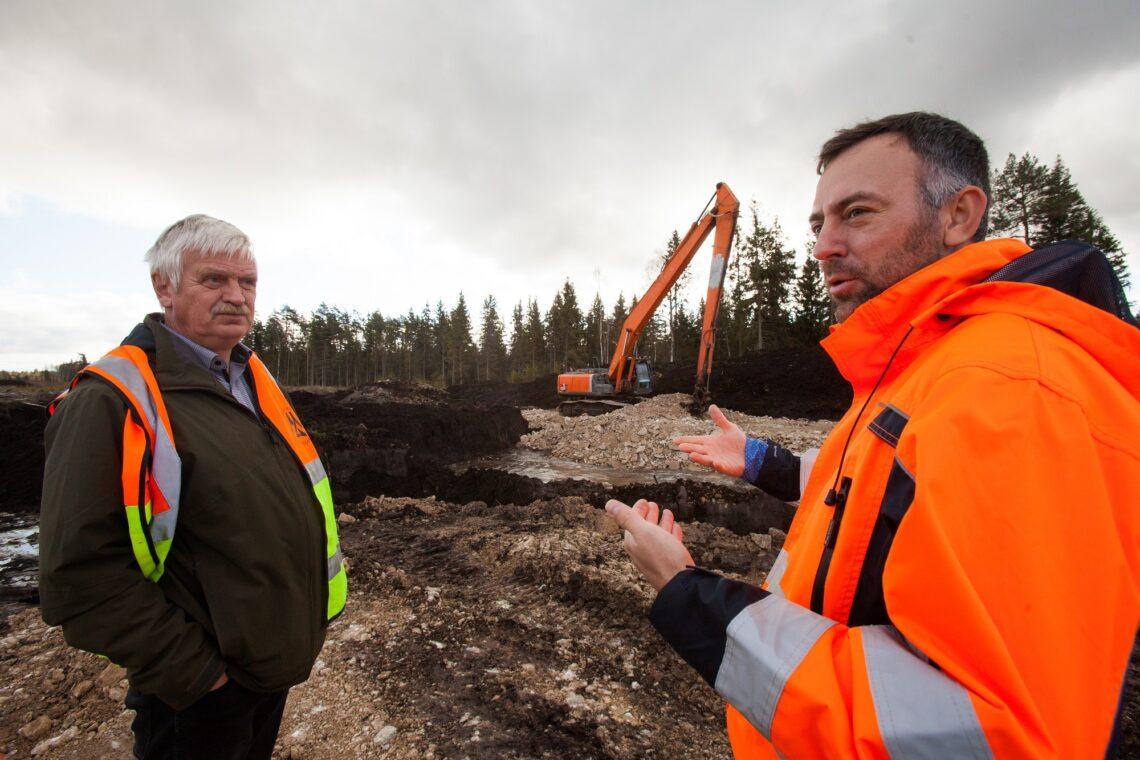 Lembit-Alo Kippar ja ja Janar Tükk (paremal) Maanteeametist tutvustavad uut tehnoloogiat. Foto: Julia-Maria Linna