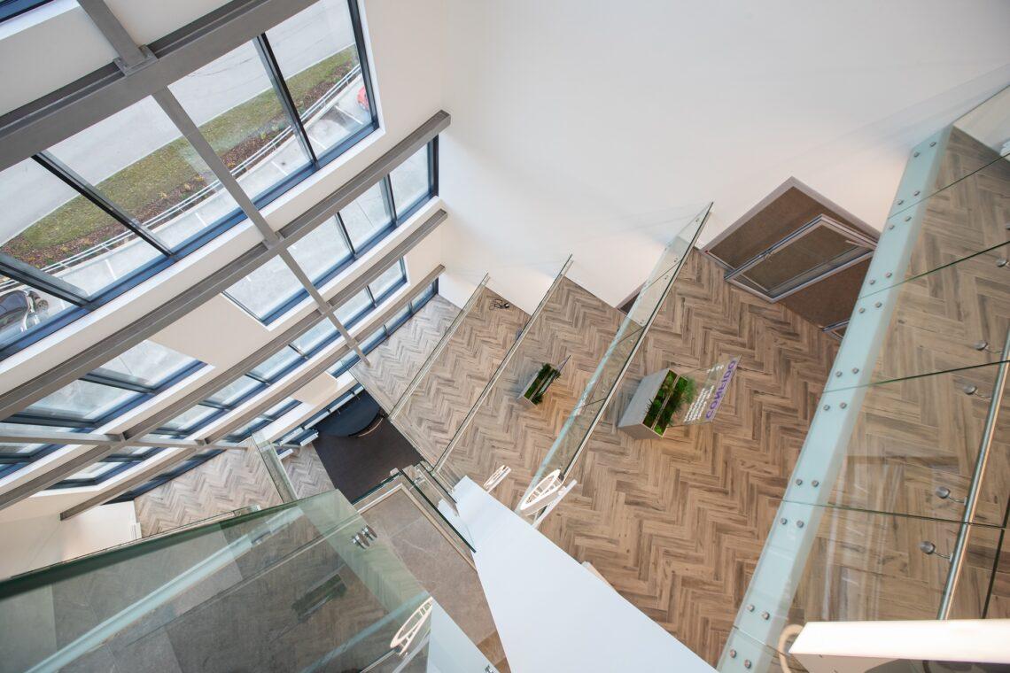 Hoones on kumerate vormide lisamisega välditud sümmeetrilisust, koridoridel on kaarjad seinad. Foto: Meeli Küttim