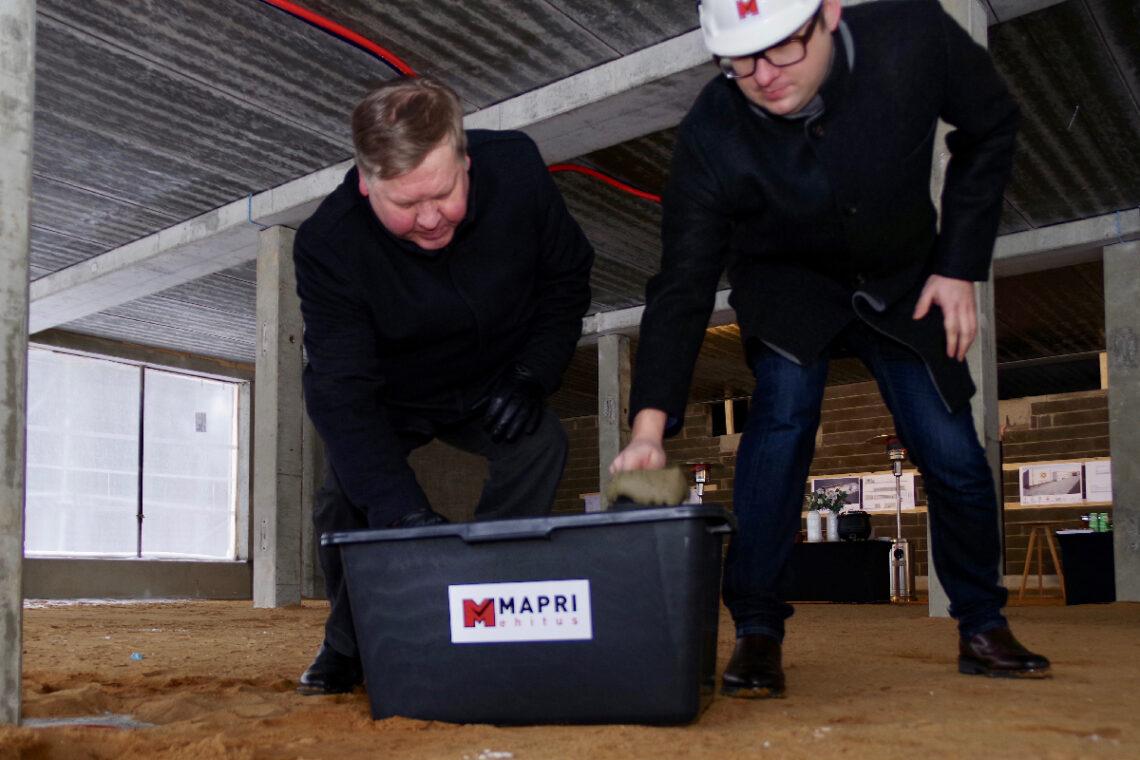 Nurgakivi panevad Keila linnapea Enno Fels ja Mapri Ehituse müügijuht Margus Väärsi. Foto: Mapri Ehitus