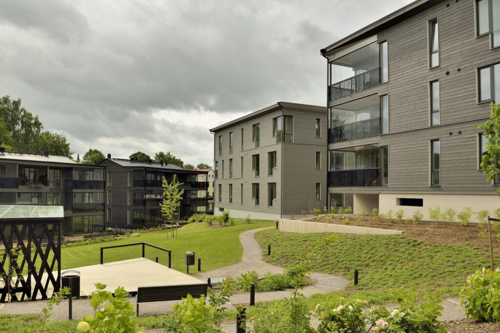 Fassaadid sobivad hästi Karlova miljöösse, samas on hoonete arhitektuurne lahendus tänapäevane. Foto: Bauroc