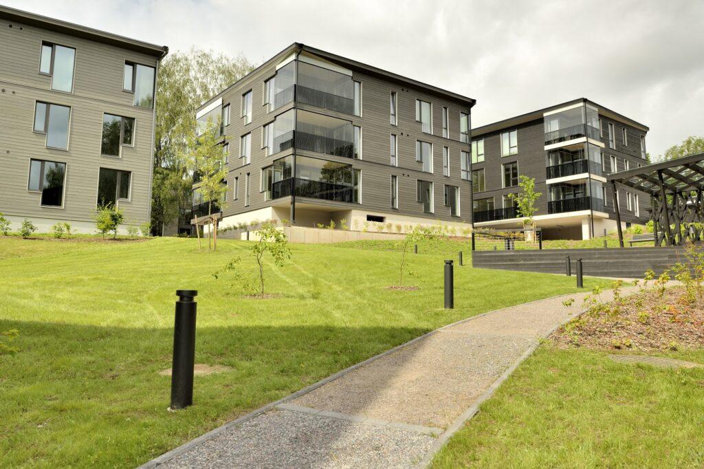 Tähepargi on täis rohelust, hooned on ümbritsetud reljeefsetest pinnavormidest, mida toob esile oskuslik valgustuslahendus. Foto: Bauroc