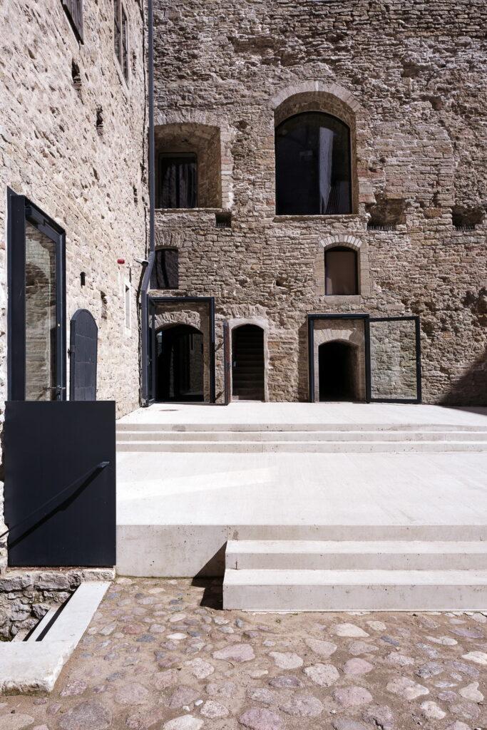 Rekonstrueerimise käigus korrastati ka linnuse sisehoov. Foto: Kalle Veesaar