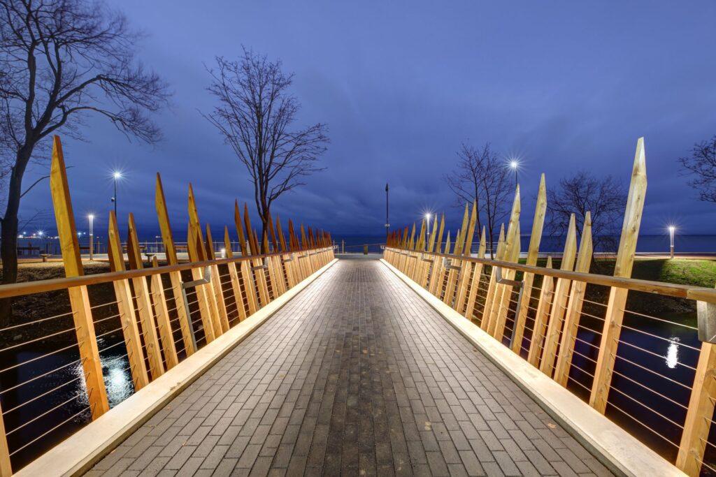 Linna ja rannapromenaadi ühendavad sillad. Foto: Olev Mihkelmaa