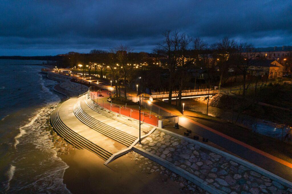 Valgustus toob promenaadi ilu esile ka öösel. Foto: aasta betoonehitis / Olev Mihkelmaa