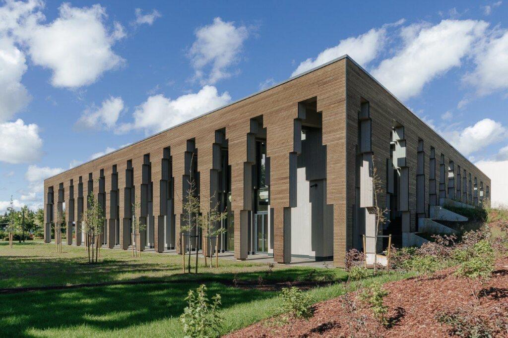 Saue vallakeskuse puitfassaad (ehitaja Embach Ehitus OÜ). Foto: Timo Arbeiter